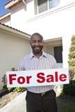 拿着'为销售'标志的房地产开发商 免版税库存照片