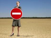 拿着'没有词条'标志的女实业家 免版税库存图片
