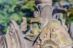 拿着一个乐器的雕象在Sinheungsa寺庙 图库摄影