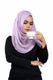 拿着一个加奶咖啡杯子的美丽的现代年轻亚裔回教女商人 库存照片