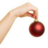 拿着一个大圣诞树球的手 免版税库存图片