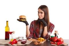 拿着一个大开胃汉堡的欧洲人 背景查出的白色 图库摄影