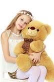 拿着一个大玩具熊的女孩 库存照片