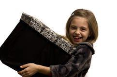 拿着一个大礼物盒的女孩 库存图片
