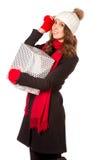 拿着一个好的礼物的年轻和美丽的妇女 免版税库存图片