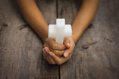 拿着一个宗教十字架 免版税库存照片