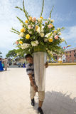 拿着一个巨大的花瓶花的秘鲁人,特鲁希略角 免版税图库摄影