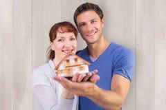 拿着一个式样房子的夫妇的综合图象 免版税库存照片