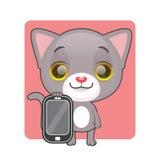 拿着一个手机的逗人喜爱的灰色猫 免版税库存照片