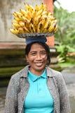 拿着一个新鲜的香蕉的妇女手 图库摄影