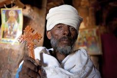 拿着一个木十字架,埃塞俄比亚的教士 免版税库存照片
