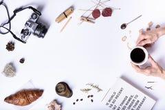 拿着一个杯子无奶咖啡,早餐的手用新月形面包 C 库存照片