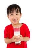 拿着一个杯子牛奶的亚裔矮小的中国女孩 库存照片