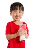 拿着一个杯子牛奶的亚裔矮小的中国女孩 免版税库存照片