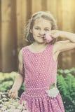 拿着一个桃红色复活节彩蛋的女孩-减速火箭 库存照片