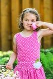 拿着一个桃红色复活节彩蛋的女孩 库存照片