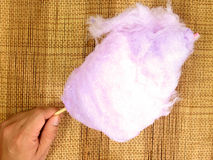 拿着一个桃红色棉花糖的手 免版税库存照片