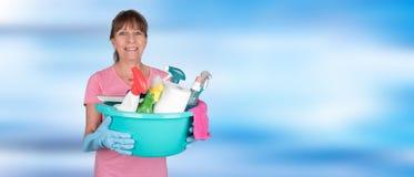 拿着一个桶用清洁设备的主妇 免版税库存照片