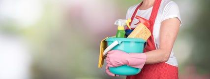 拿着一个桶用清洁设备的佣人 免版税图库摄影