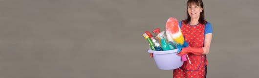 拿着一个桶用清洁设备的佣人 免版税库存图片
