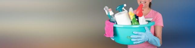 拿着一个桶用清洁设备的主妇 免版税图库摄影