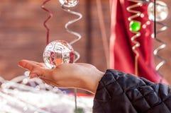 拿着一个清楚的cristal球 免版税图库摄影