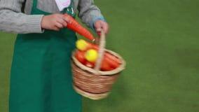 拿着一个玩具篮子用红萝卜的孩子 股票录像