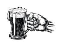 拿着一个玻璃杯子啤酒的男性手 传染媒介葡萄酒板刻例证 图库摄影