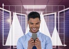 拿着一个电话和图表的愉快的商人在服务器屋子里 免版税图库摄影