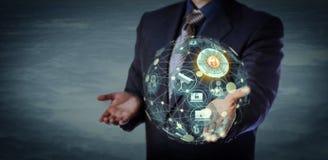 拿着一个真正地球形状的IoT模型的经理 免版税库存照片