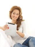 拿着一个空白填充的一名新白种人妇女 免版税库存图片