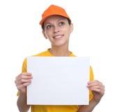 拿着一个空白的广告牌的愉快的女孩 免版税库存照片