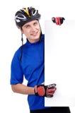 拿着一个空白的标志的骑自行车者 库存图片