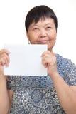 拿着一个空白看板卡的亚裔妇女 免版税库存图片