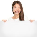 拿着一个空白符号的美丽的亚裔妇女 免版税库存照片
