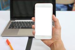 拿着一个空的智能手机的商人的手 免版税图库摄影