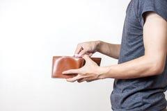 拿着一个空的钱包的人员 库存照片