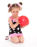 拿着一个红色球的逗人喜爱的小女孩 库存图片