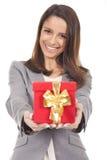 拿着一个红色礼物盒的妇女 免版税库存图片