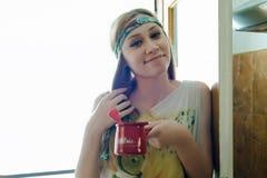 拿着一个罐新近地做的咖啡的逗人喜爱的女孩 库存照片