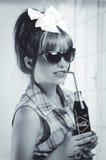 拿着一个老葡萄酒古柯的美丽的减速火箭的女孩 库存照片