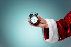拿着一个老闹钟的圣诞老人 免版税库存图片