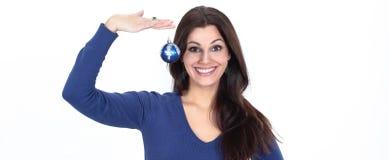 拿着一个蓝色圣诞节球的美丽的少妇 库存照片