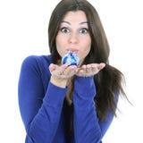 拿着一个蓝色圣诞节球的美丽的少妇 免版税库存照片
