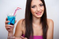 拿着一个蓝色鸡尾酒的少妇 图库摄影