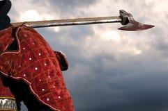 拿着一个血淋淋的轴的骑士 免版税库存照片