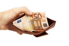 拿着一个被打开的皮革钱包的商人手 免版税库存照片