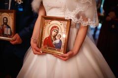 拿着一个象的新娘在教会里 库存图片
