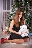拿着一个逗人喜爱的玩具熊的女性 免版税库存照片