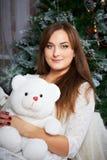 拿着一个逗人喜爱的玩具熊的女性 免版税库存图片